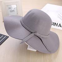 Стильная женская широкополая шляпа из фетра серого цвета