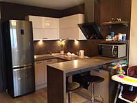 Угловая кухня с открытой барной стойкой