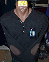 Мужской свитер декорирован пуговицами и латками на локтях
