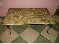 Прямоуголяный журнальный столик из оникса и латуни (вторая половина XX века)