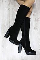 Демисезонные натуральные замшевые сапоги с молнией по всей длине на удобном каблуке цвета черный