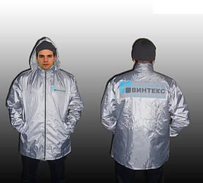ветровка серая с нанесением логотипа на спине и груди, куртка имеет скрытый капюшон