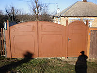 Металлические ворота с калиткой.