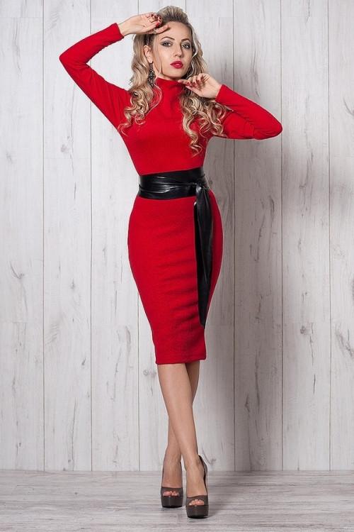 Стильное платья красного цвета