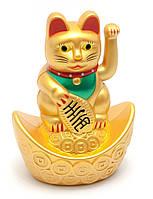 Кошка Манэки-нэко машущая лапой на чаше богатства
