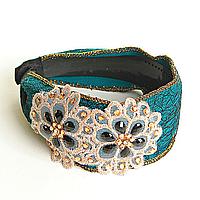 Обруч для волос обтянут голубой тканью с аппликацией цветы, украшен стразами,12см