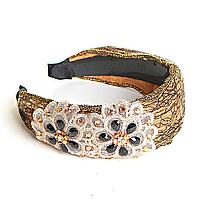 Обруч для волос обтянут золотистой тканью с аппликацией цветы, украшен стразами, 12см