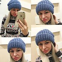Стильная женская вязаная шапка синяя