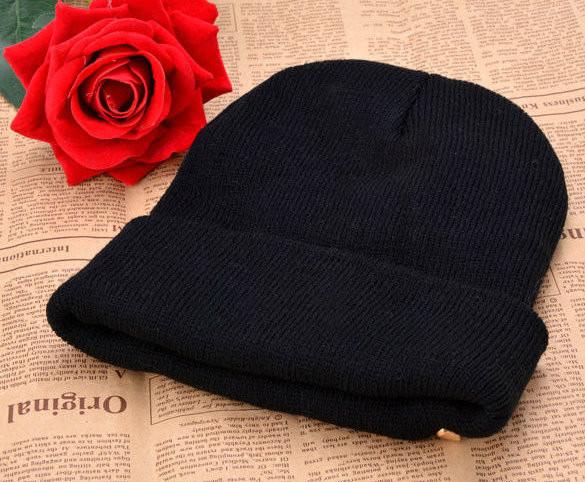 Стильная шапка с шипами