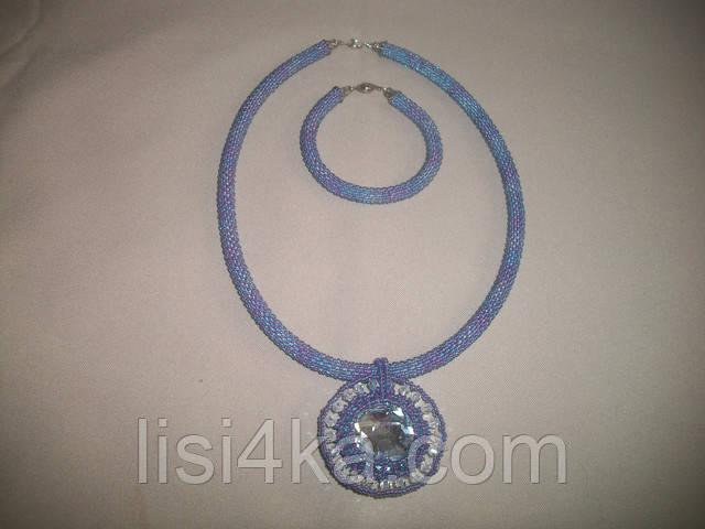 Комплект бижутерии из колье и браслета голубого цвета с белыми стразами