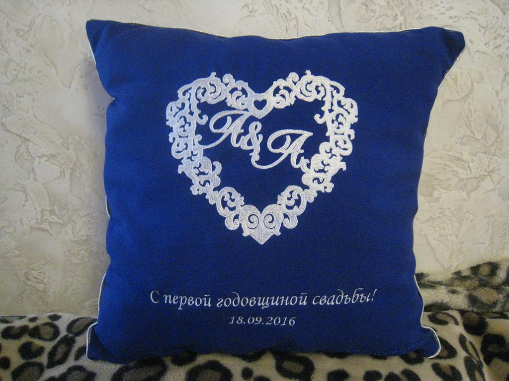 Подушка с индивидуальной вышивкой 2