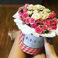 Маленький букет из розовых и белых кустовых роз в коробке