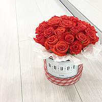 Маленький букет из ярко-красных роз в коробке