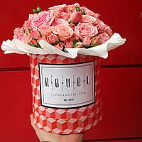 Маленький букет из розовых кустовых роз в коробке