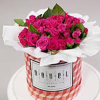 Маленький букет из ярко-розовых кустовых роз в коробке