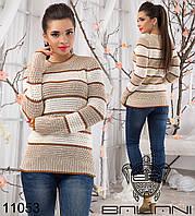 Женский вязанный свитер в полоску.