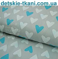 Ткань хлопковая с голубыми и белыми сердцами на сером фоне №467а