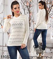 Женский вязанный свитер,спереди декорирован ажурной вязкой.