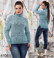 Женский вязанный свитер с высоким воротником.