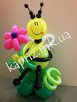 Милая пчелка с цветком из шаров