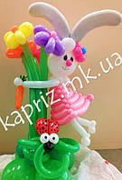 Зайка на поляне с букетом цветов из шаров