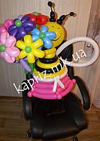 Пчелка в юбчонке с букетом цветов из шаров
