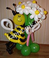 Пчелка  из шаров с букетом из 7 ромашек