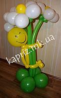 Человечек с букетом ромашек из шаров