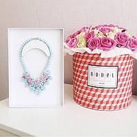 Большой букет из розовых и белых роз в коробке