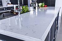 Кухонная и островная столешницы из кварца Vicostone Bianco Venato BQ 8440