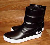 Красивые зимние ботинки на белой подошве из кожи