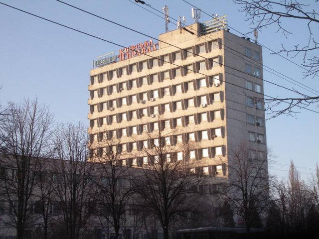 В этом здании светильники не менялись со дня его постройки. Демонтировать было сложнее, чем устанавливать)