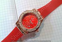 Часы Hublot Geneve Big Bang King 882888 114421 женские золотистые с красным циферблатом и календарем в стразах