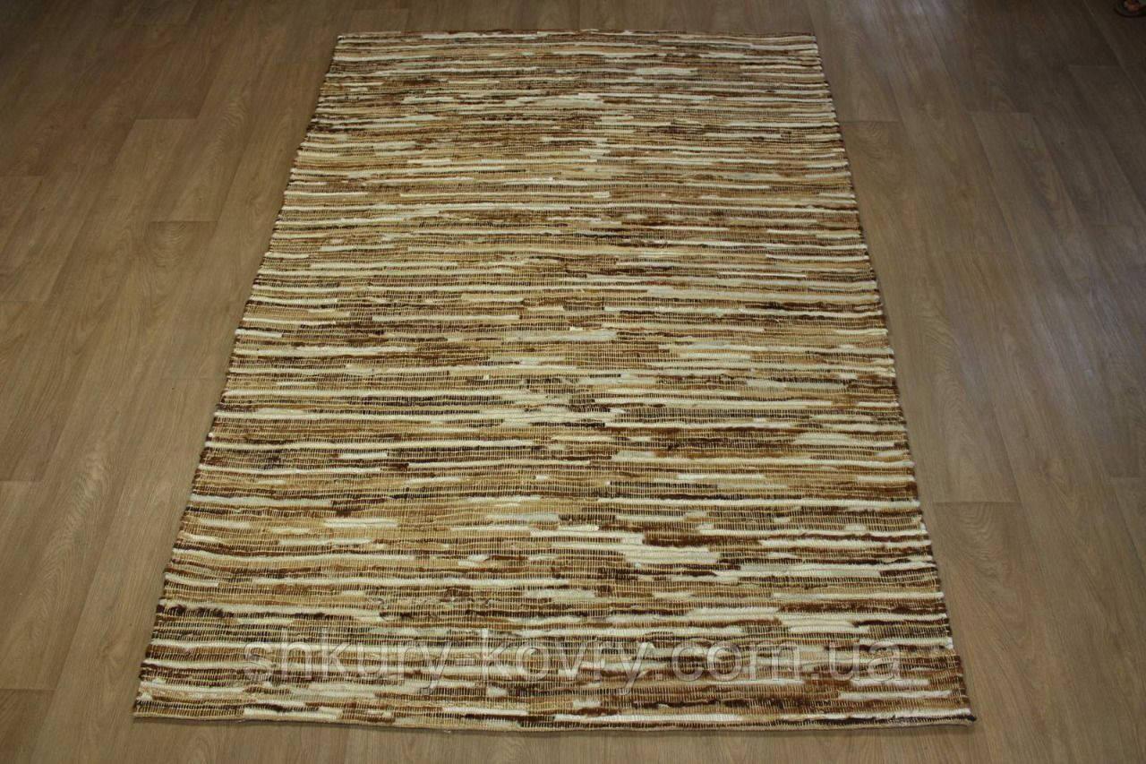 Плетеный ковер из полосок шкуры бежевого цвета
