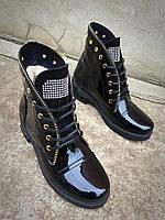 Удобные зимние женские ботинки лакированная кожа на низком ходу черные на шнуровке