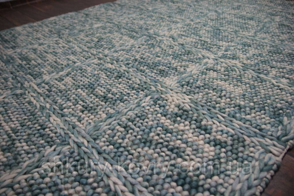 Голубой ковер из шерсти плетенный для загородного дома
