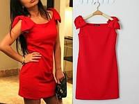 Короткое красное платье с бантами на плечах