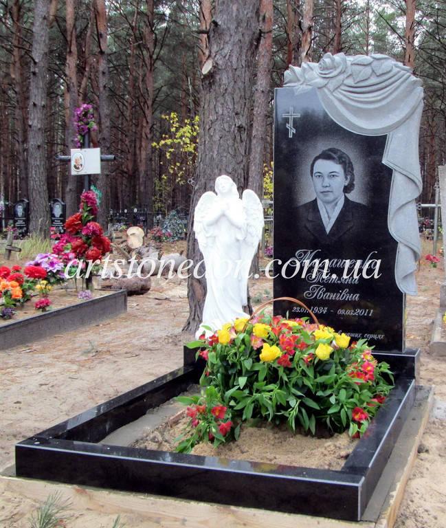 Памятник с плащаницей и розами