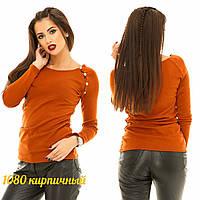 Женский теплый свитер украшен пуговицами на рукаве