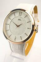Часы на белом кожаном ремне