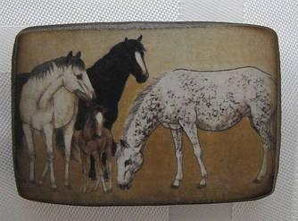 Деревянный магнит с изображением лошадей - символа 2014 года купить