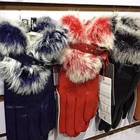 Женская кожанная перчатка в цветах и отделкой из натурального меха кролика