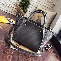 Стильная женская сумка со змеиным принтом в форме трапеции серого цвета