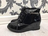 Женские лаковые зимние ботинки на скрытой танкетке