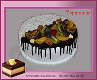Торт покрыт шоколадом с фруктами