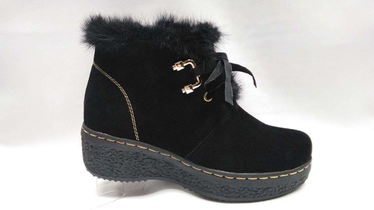 Зимові черевики на товстій підошві зі шнурками і блискавкою.