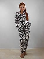 Теплая женская махровая пижама: кофта на молнии и брюки, белая с черным узором