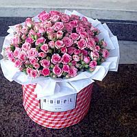 Большой букет из розовых кустовых роз в коробке