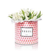 Большой букет из белых тюльпанов в коробке