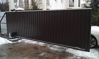 Автоматические откатные ворота с двусторонней вертикальной зашивкой профлистом Руукки. Использована фурнитура для откатных ворот Алютех. Автоматика с системой bluebus NICE ROBUS (RB) 600